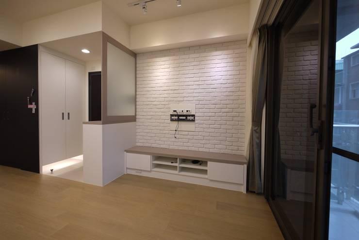 童心 - 新北永和 - 新成屋:  客廳 by 高筌室內設計