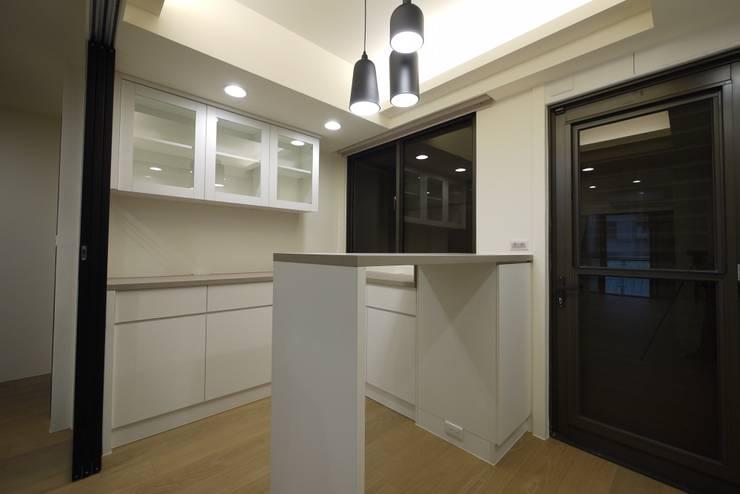童心 – 新北永和 – 新成屋:  餐廳 by 高筌室內設計