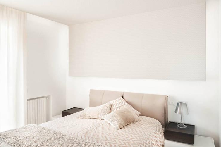 Casa N+V: Camera da letto in stile  di manuarino architettura design comunicazione