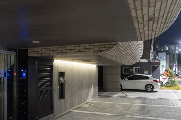 다다름: 보편적인 건축사사무소의  차고