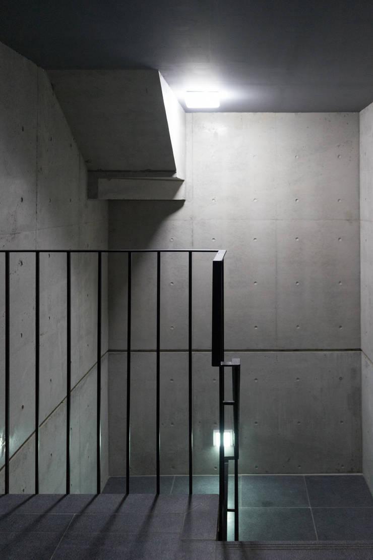다다름: 보편적인 건축사사무소의  복도 & 현관