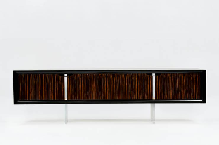 THE NADIR SIDEBOARD: Sala de estar  por Pipim Studio