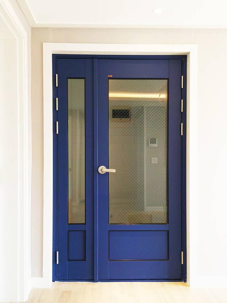 혜화동 빌라 리모델링: 디자인팩토리9MM의  창문,