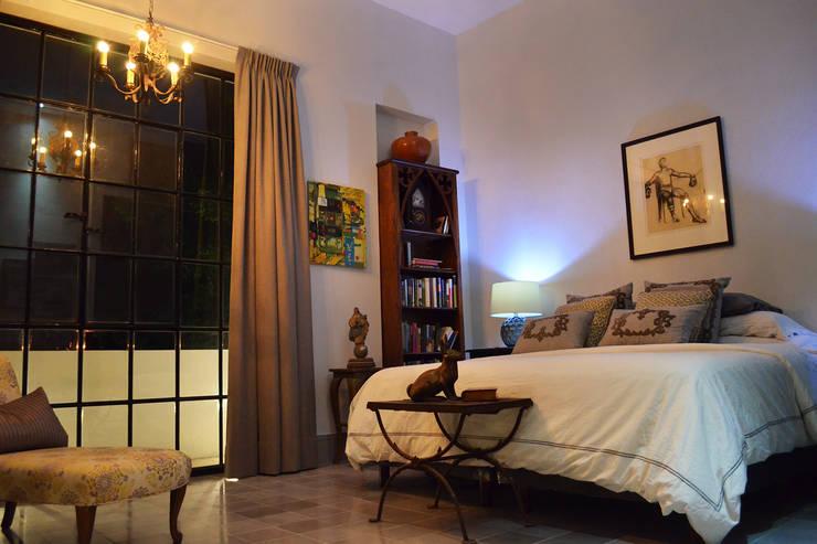 Casa 56: Recámaras de estilo colonial por Workshop, diseño y construcción