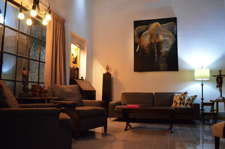 Casa 56: Salas de estilo colonial por Workshop, diseño y construcción