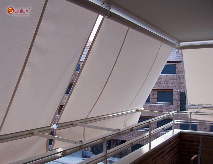 Toldo de Proyección Balcony: Balcones y terrazas de estilo  por Vertilux México