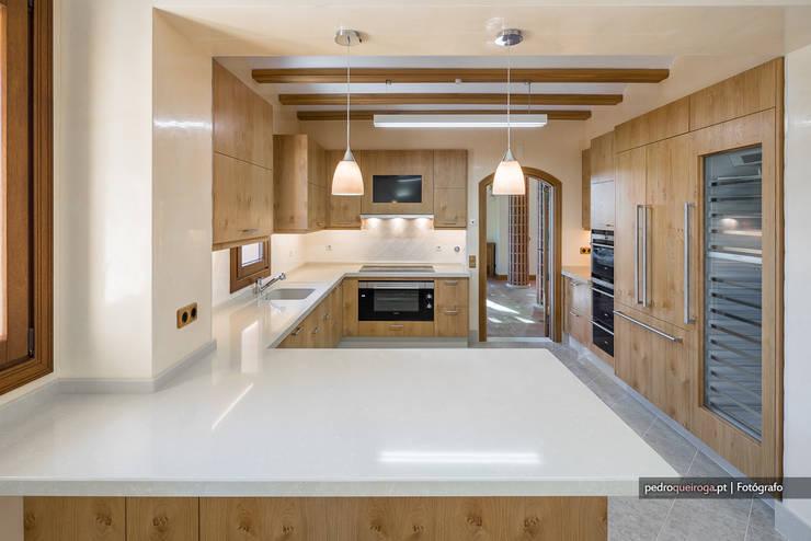 Luxo e Imponência | Fotografia de Arquitectura: Cozinhas  por Pedro Queiroga | Fotógrafo