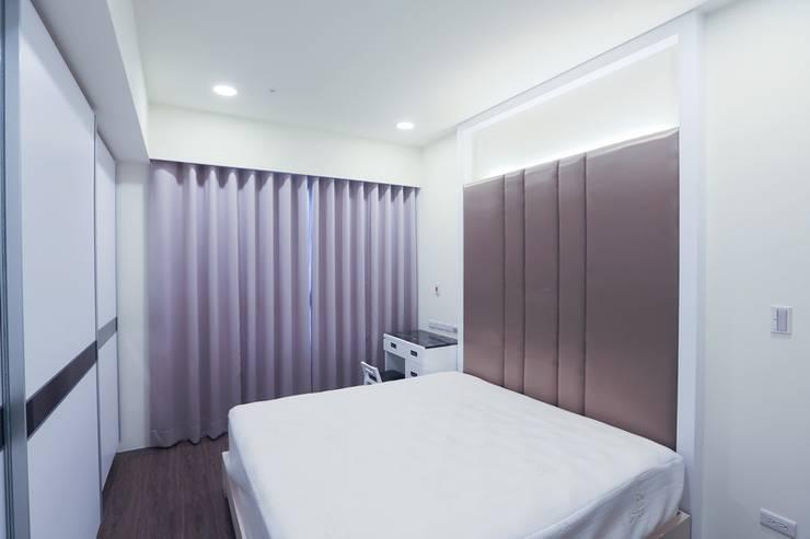 PURE‧乾淨而純粹 :  臥室 by 微自然室內裝修設計有限公司