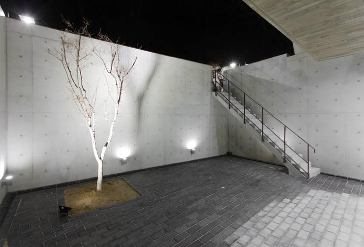 군자동 카페 모던스타일 복도, 현관 & 계단 by 한돌 건축사사무소 모던