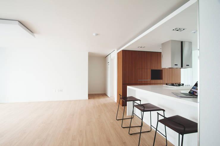 ห้องทานข้าว โดย 삼플러스 디자인, โมเดิร์น