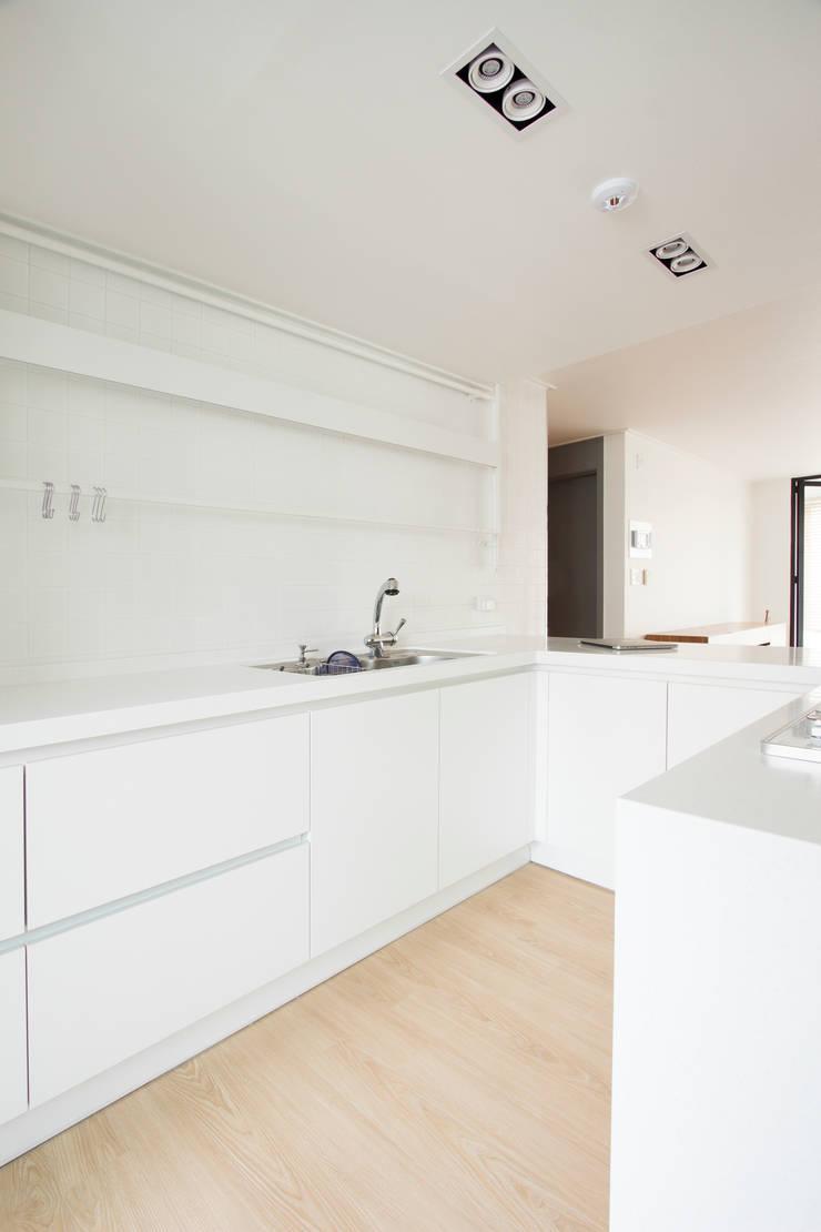 ห้องครัว โดย 삼플러스 디자인, โมเดิร์น