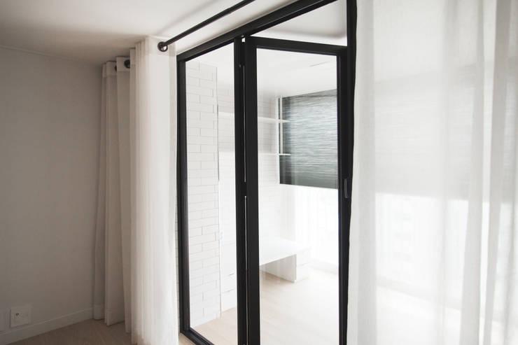 Ventanas de estilo  por 삼플러스 디자인
