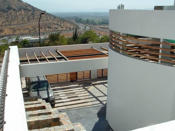 Casa en Pendiente 2: Casas de estilo  por Marcelo Roura Arquitectos