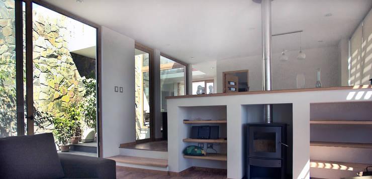 Casa en Pendiente 2: Pasillos y hall de entrada de estilo  por Marcelo Roura Arquitectos
