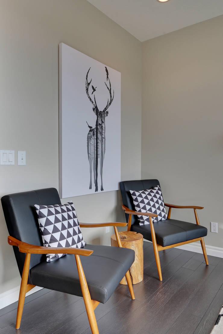 121 Hillcrest Drive: modern Living room by Sonata Design