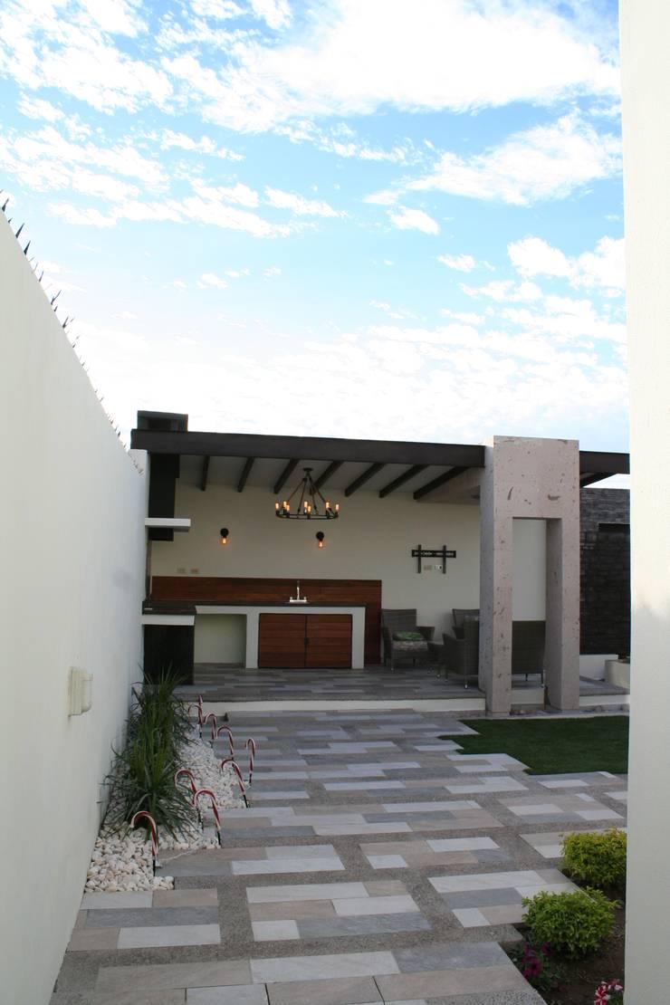 Vista general, patio: Terrazas de estilo  por Daniel Teyechea, Arquitectura & Construccion