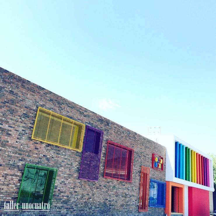 COLOR BOX: Salones para eventos de estilo  por UNOCUATRO
