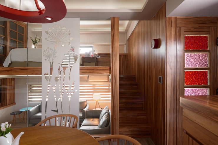 親愛的我把房子變大了!18坪木質宅:  走廊 & 玄關 by 磨設計