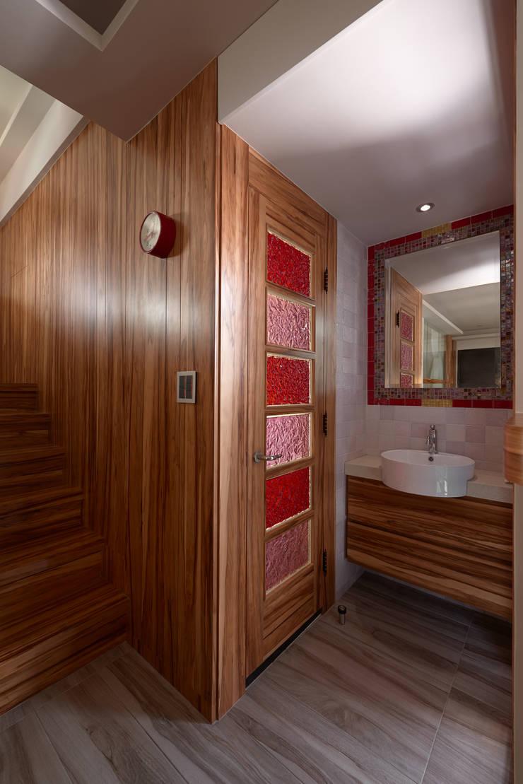 親愛的我把房子變大了!18坪木質宅:  浴室 by 磨設計