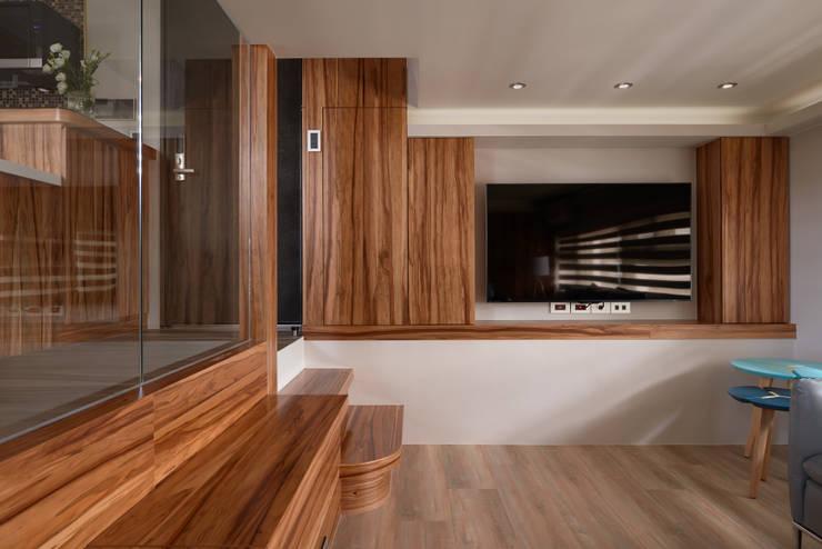 親愛的我把房子變大了!18坪木質宅:  客廳 by 磨設計