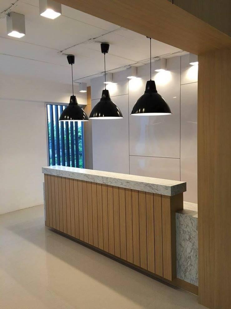 ส่วนต้อนรับที่เน้นความเรียบหรู แต่ยังให้ความรู้สึก warm welcome.:   by Area42 Property Co.,Ltd.