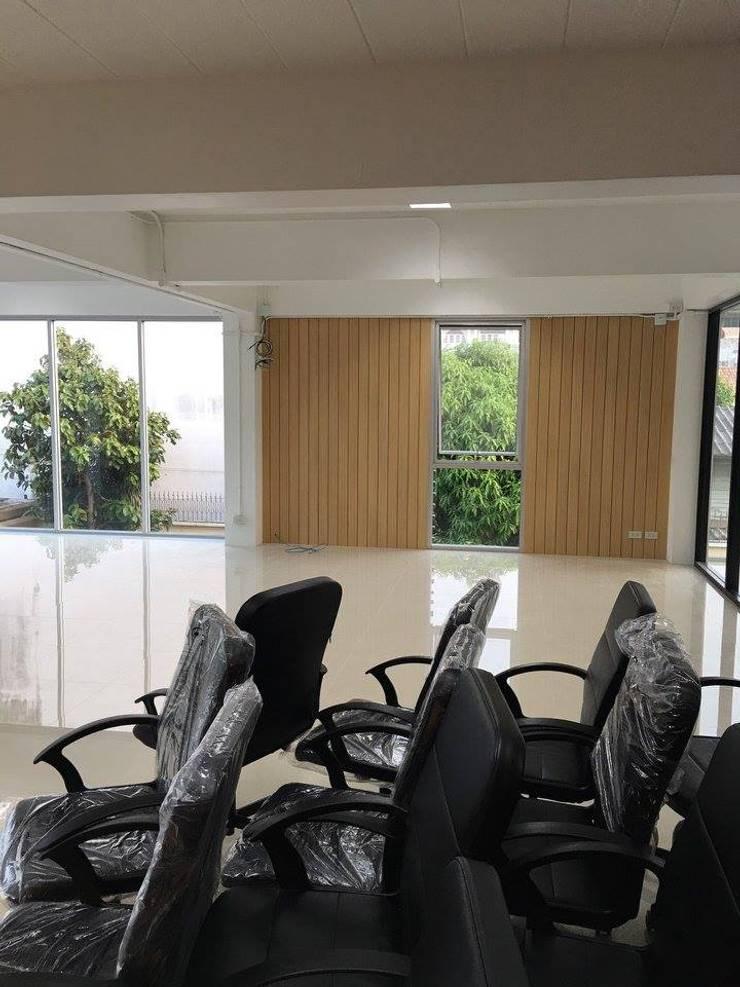 ออกแบบปรับปรุงออฟฟิต จาก1ใน4ชั้นของอาคารพาณิชย์:   by Area42 Property Co.,Ltd.