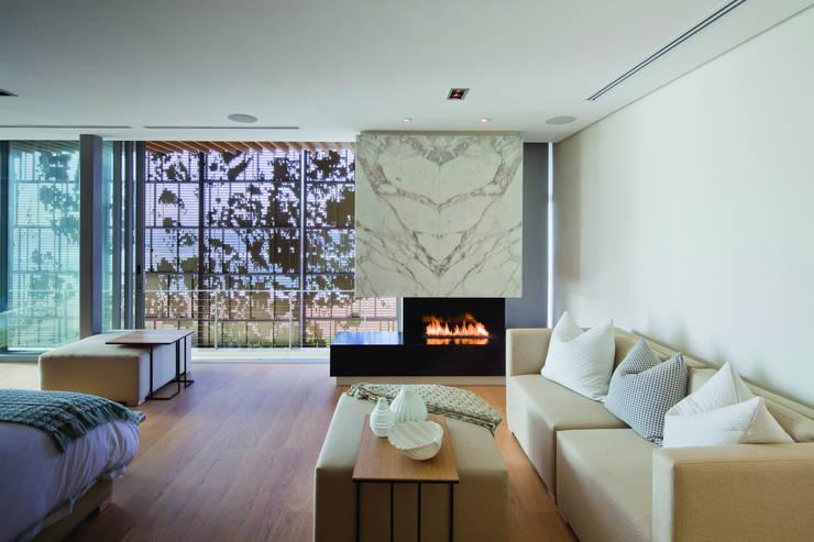 La Lucia:  Living room by ARRCC, Eclectic