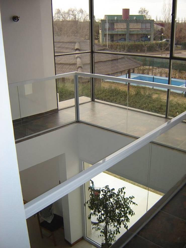 CASA ANSIOLITICA: Pasillos y recibidores de estilo  por ARQUITECTO MAURICIO PIZOLATTO