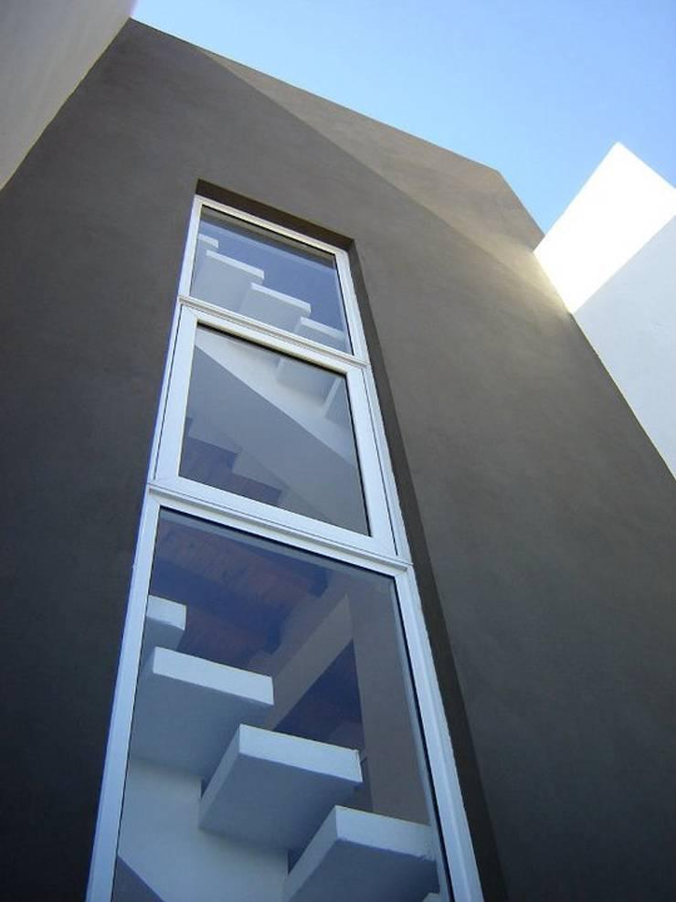 CASA ANSIOLITICA: Casas de estilo  por ARQUITECTO MAURICIO PIZOLATTO