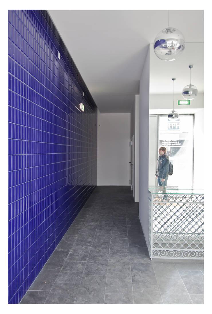 79 Building in Porto: Corredores e halls de entrada  por Pedro Mendes Arquitectos