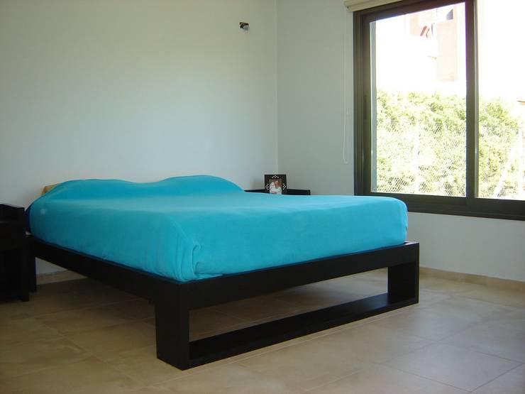CASA PATIO: Dormitorios de estilo  por ARQUITECTO MAURICIO PIZOLATTO