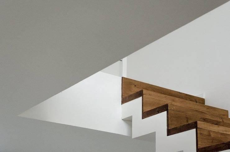 CASA TRN2: Pasillos y recibidores de estilo  por ARQUITECTO MAURICIO PIZOLATTO
