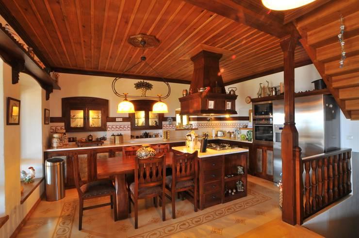 Ebru Erol Mimarlık Atölyesi – YARBASAN TAŞ EVLERİ:  tarz Mutfak