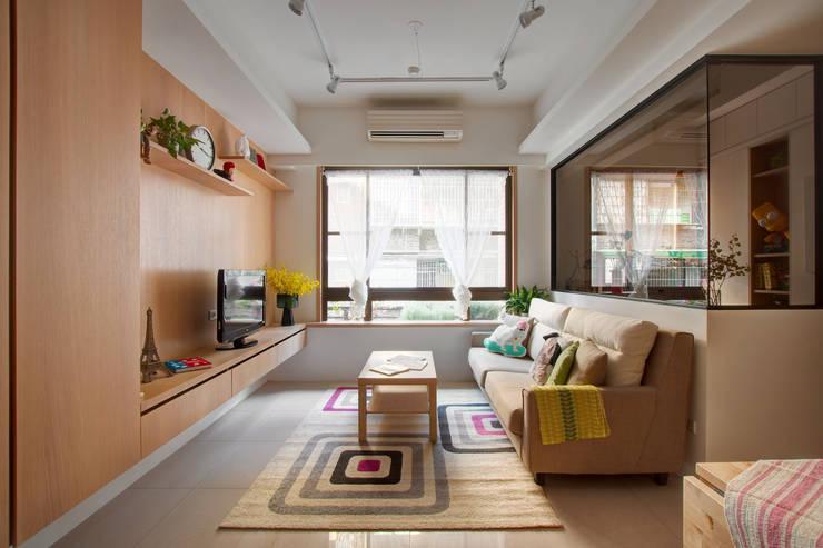 Living room by 一葉藍朵設計家飾所 A Lentil Design