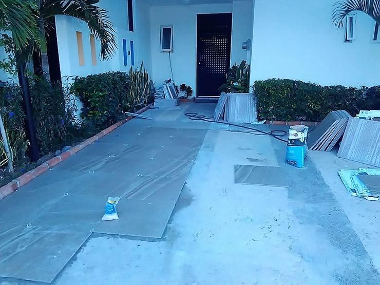 Comenzando a instalar piso:  de estilo  por Mantenimiento y Construccion Yañez