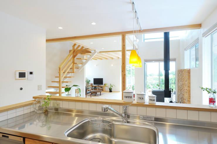 キッチンからの幸せな眺め: 株式会社 建築工房零が手掛けたキッチンです。