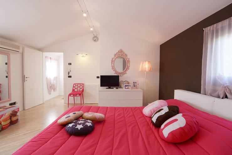 HOME SWEET (CANDY) HOME: Camera da letto in stile  di Rachele Biancalani Studio