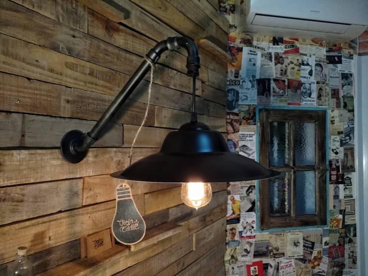 Lámpara Pared Colgante Chapa: Livings de estilo  por Lamparas Vintage Vieja Eddie