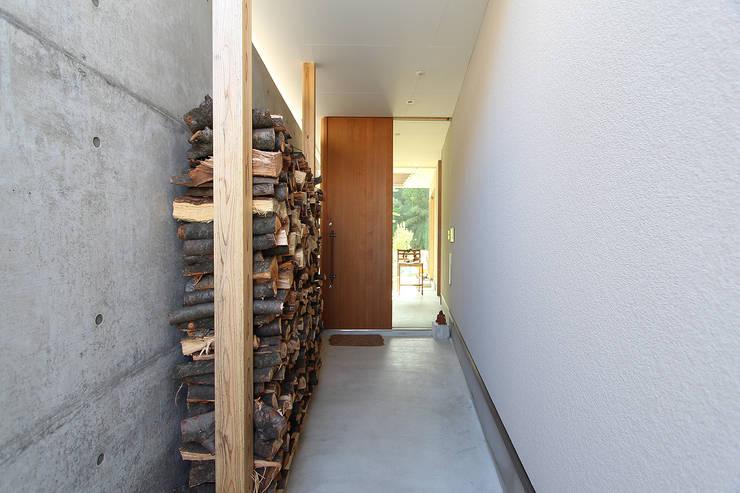 Corridor & hallway by MAG + 宮徹也建築計画
