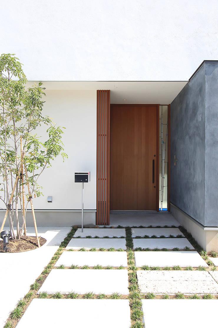久安の家 M house: MAG + 宮徹也建築計画が手掛けた廊下 & 玄関です。,モダン 木 木目調