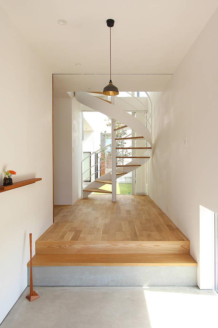久安の家 M house: MAG + 宮徹也建築計画が手掛けた廊下 & 玄関です。,モダン