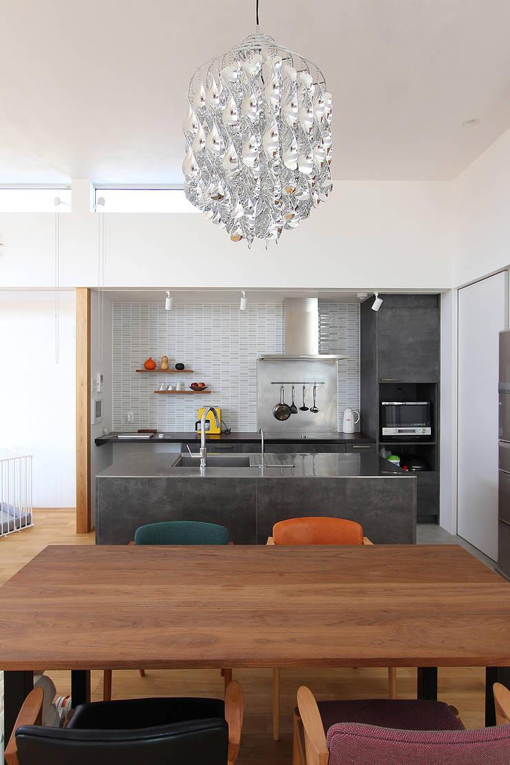 久安の家 M house: MAG + 宮徹也建築計画が手掛けたキッチンです。,北欧