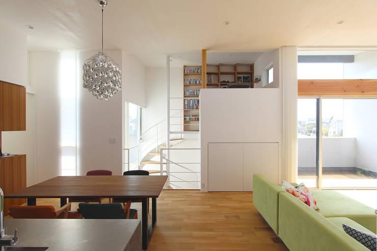 久安の家 M house: MAG + 宮徹也建築計画が手掛けたリビングです。,モダン