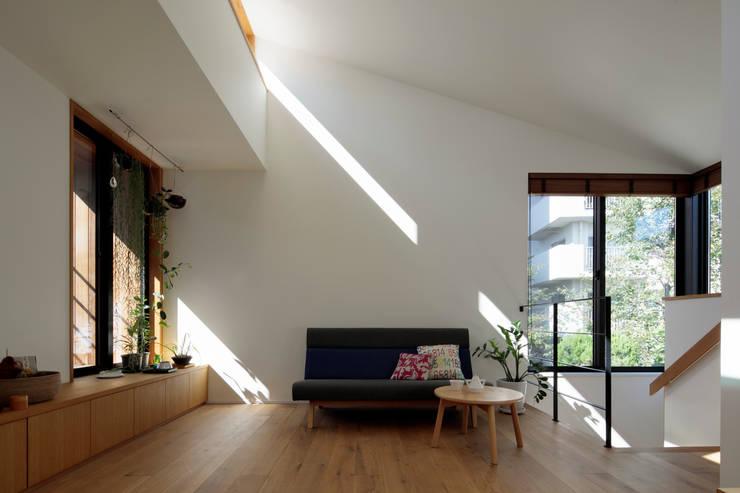 Living room by 株式会社Fit建築設計事務所