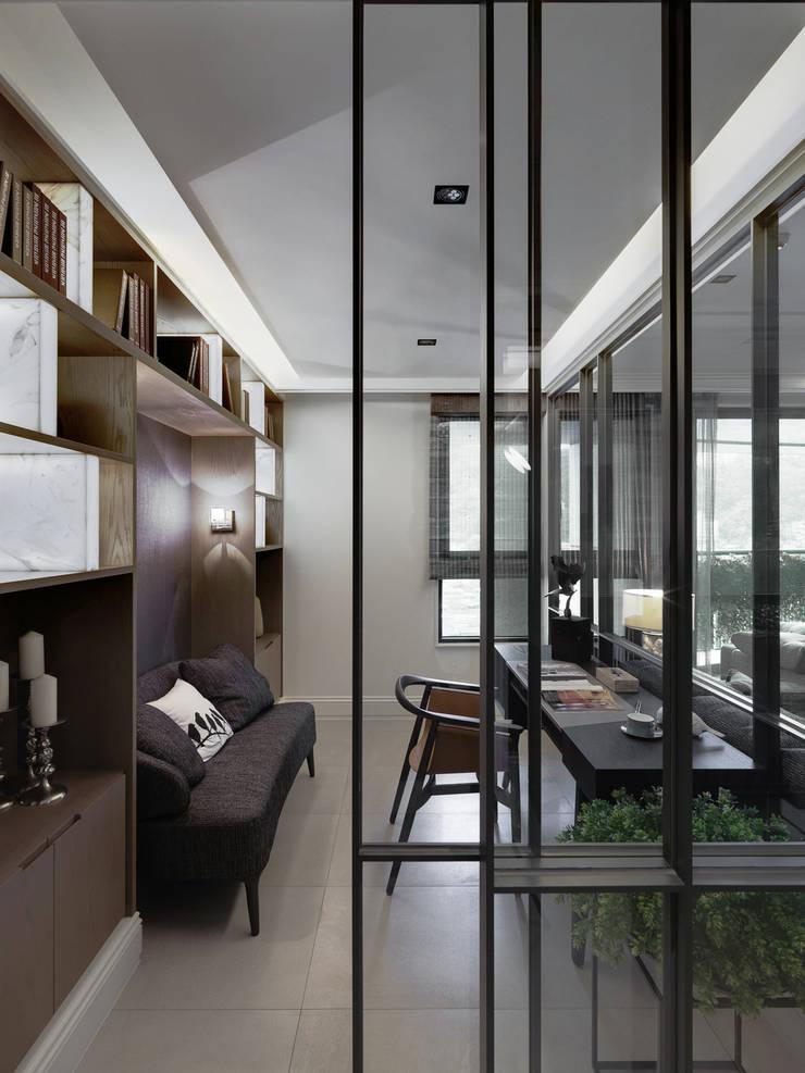 Studio in stile  di 大荷室內裝修設計工程有限公司, Classico