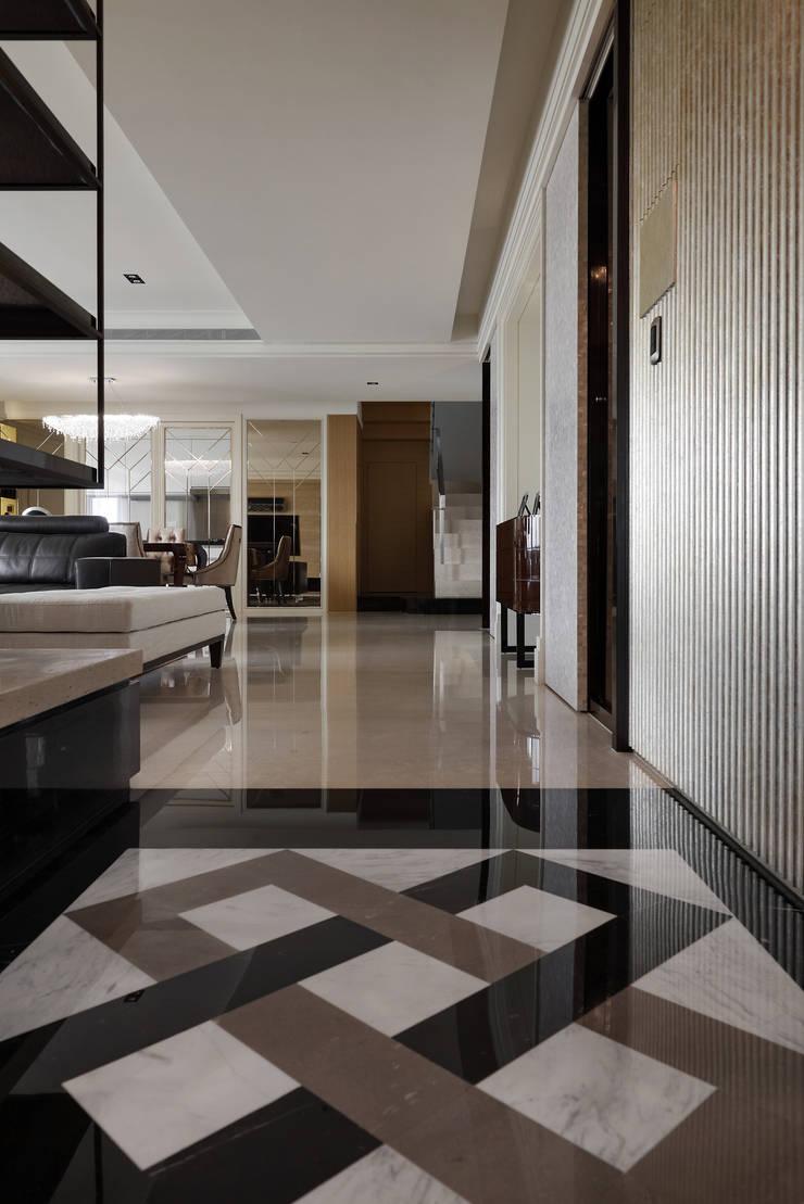 Couloir et hall d'entrée de style  par 大荷室內裝修設計工程有限公司