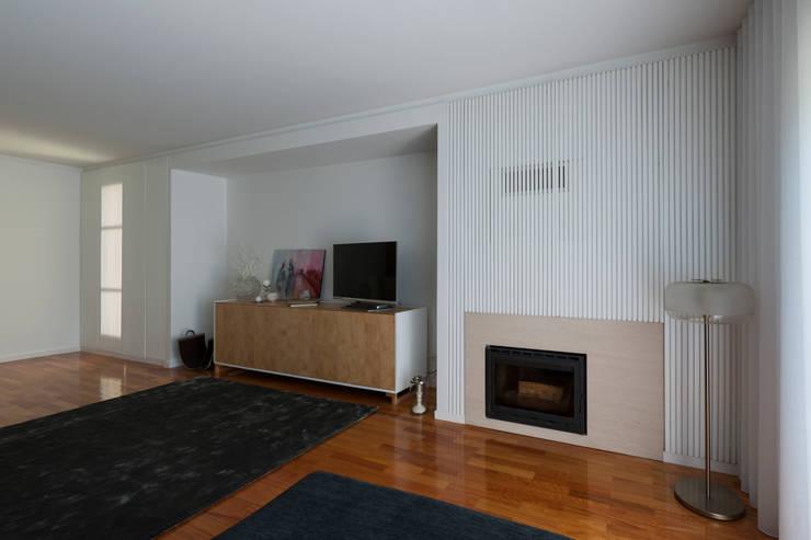 Vista geral da sala: Salas de estar  por B.loft