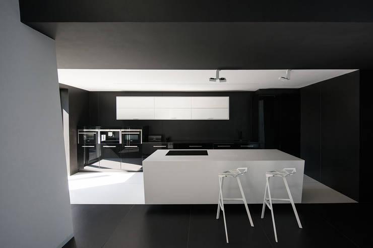 CZARNO BIAŁE: styl , w kategorii Kuchnia zaprojektowany przez BAAR