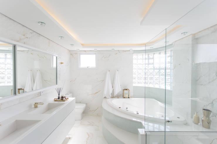 حمام تنفيذ Cassiana Rubin Arquitetura