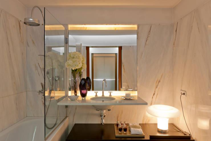Vista geral do wc: Casas de banho  por B.loft